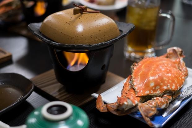 石巻市牡鹿半島鮎川浜の漁師宿「あたみ荘」が誇る、漁師直営だからこそできる豪快なカニ料理