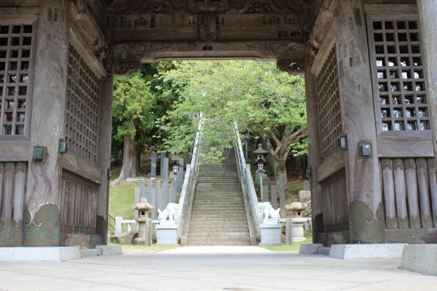 金華山の黄金山神社の鳥居からの階段|猫島(猫の島)で有名な『田代島』を中心に巡る1泊2日石巻離島の旅